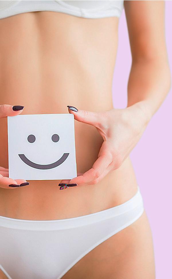 Mujer con un carton sonriendo