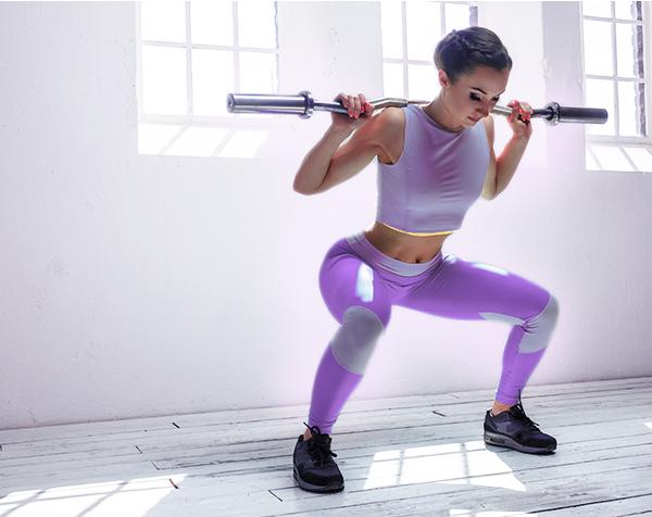 Mujer levantando pesa