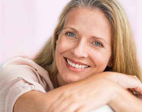 Sérum para manos aterciopeladas Mujer sonriendo