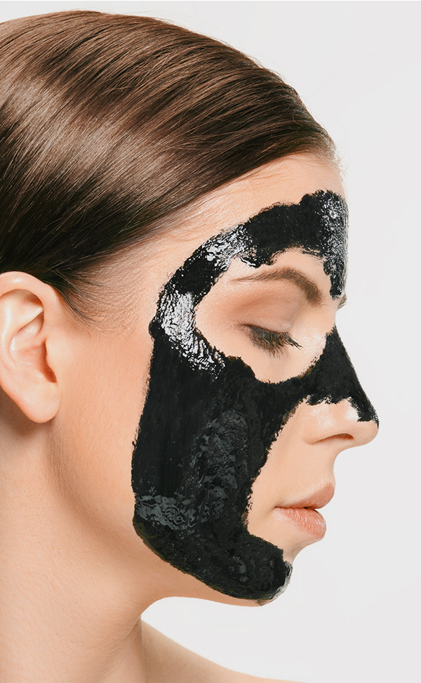 mascara de carbon activado visto de perfil