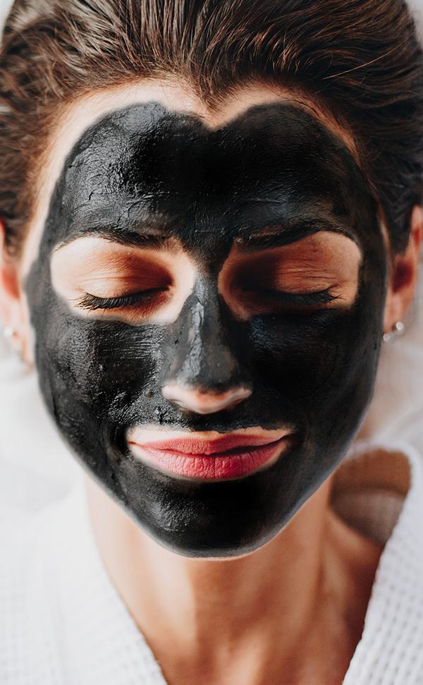 mascara de carbon activado aplicada