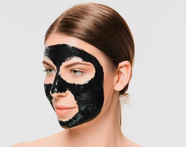 mascara de carbon aplicado de perfil